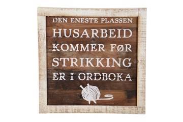 """Treskilt """"husarbeid - strikking"""" 40x40 cm"""